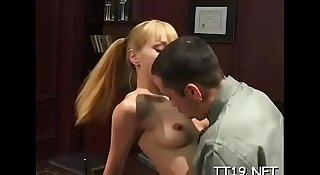 Hottie shows off round ass