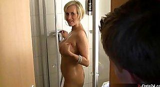 Echte MILF in der Dusche abgefickt